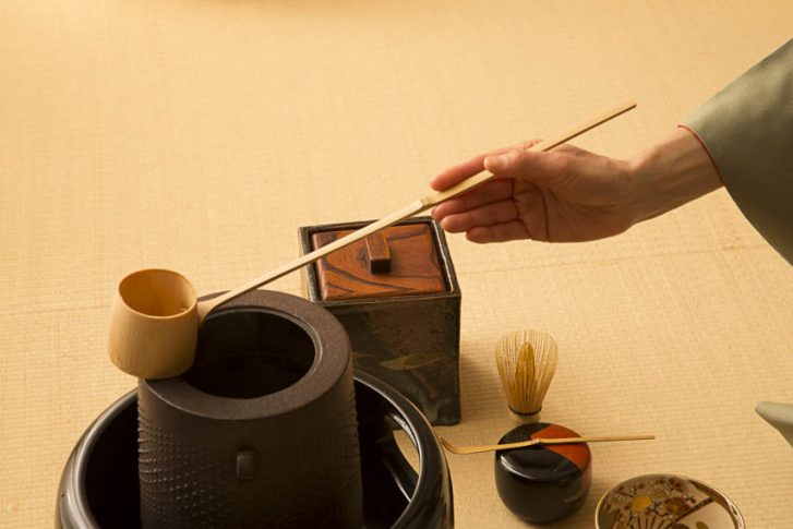 For all the accessories of the tea ceremony, the Masters of tea seek the beauty of the most humble objects: tea bowl (Chawan), cast-iron kettle (Chagama), tea box (Natsumi), bamboo whisk (Chassen), pottery with simple and clean forms, etc.
