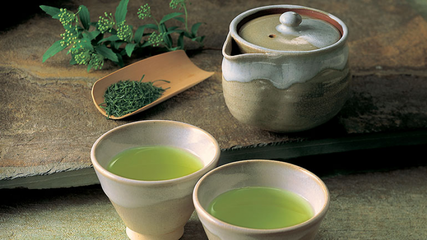 The small ceremony surrounding the preparation and tasting of tea always has a soothing and relaxing effect. The Jugetsudo Tea House invites you to discover the world of Japanese tea, first we will explain the history of tea, its different varieties and its many health benefits. Then we will teach you how to prepare, serve and enjoy tea according to the rules of the art.